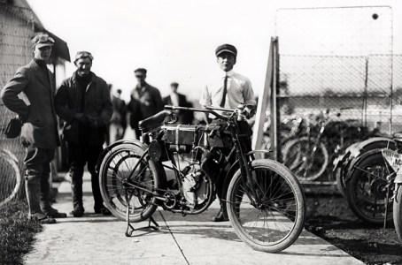 Harley-Davidson-%E2%80%93-racer-motorcycle-1903.jpg