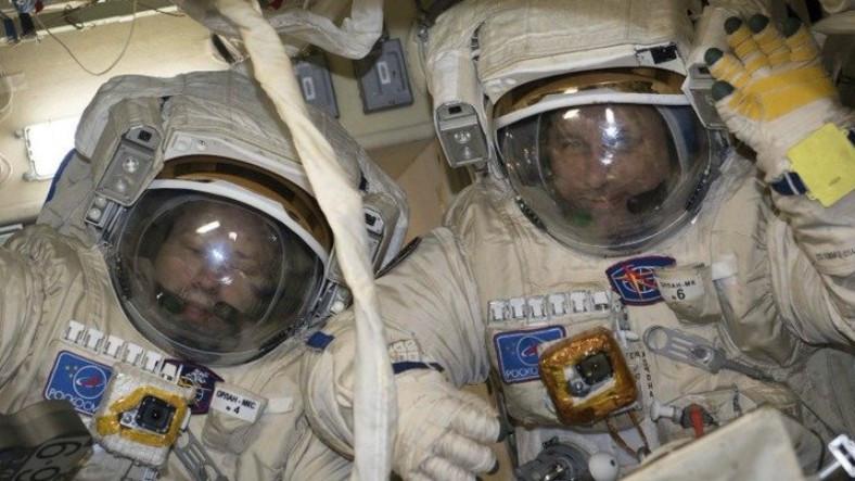 rus-kozmonotlar-uzay-istasyonunun-anteniyle-ugrasirken-yurume-rekoru-kirdilar-1517856606.jpg